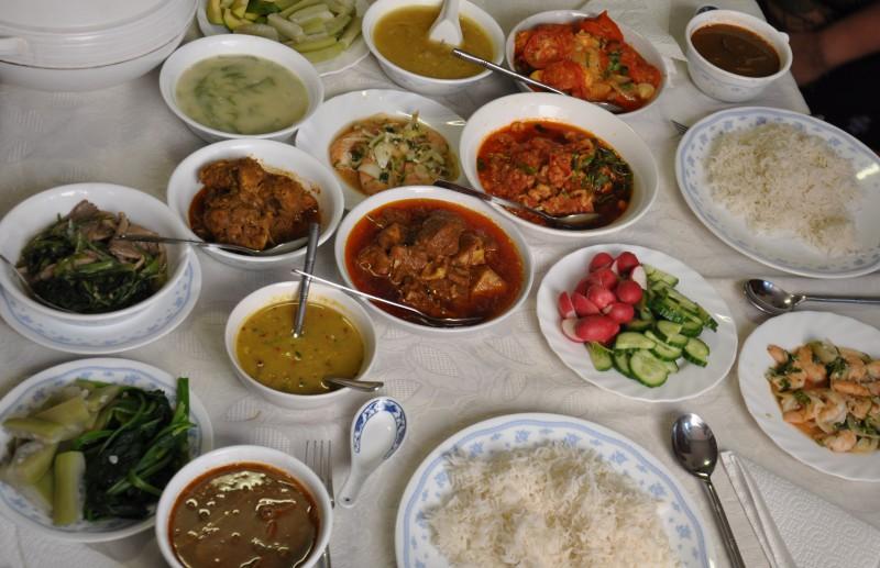 カレーとごはんで食べるのが、ミャンマー人の一般的な食事