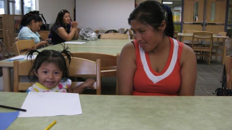 Familias se juntaron en grupos pequeños para discutir el analfabetismo de niños.