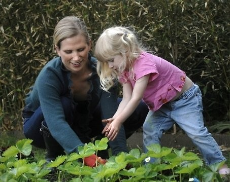 Lisa in the garden with her daughter Emma.