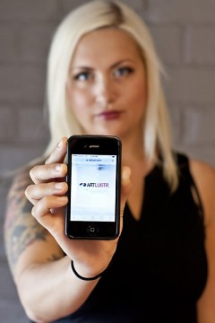 Katie Moore displays the ArtLustr app on an iphone