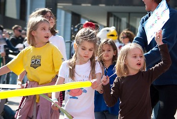 Young girls help distribute the balloons that represent the Google Fiber network.