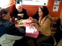 Los clientes disfrutando en su comida.